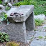 Varm stenbänk en sommarkväll
